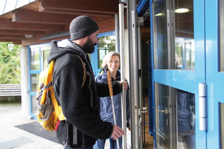 Reha-Lehrer-Unterricht an einer Tür auf dem blistaCampus