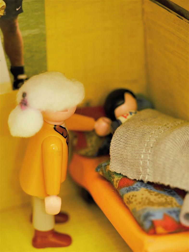 Szene mit Playmobil-Figuren: Eine Frau weckt einen Schlafenden
