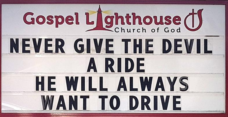 Schild mit der Aufschrift: Never give the devil a ride he will always want to drive