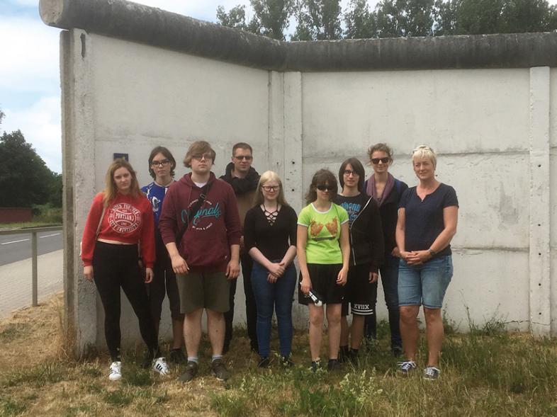 Das Foto zeigt die Gruppe in Hötensleben an der Mauer