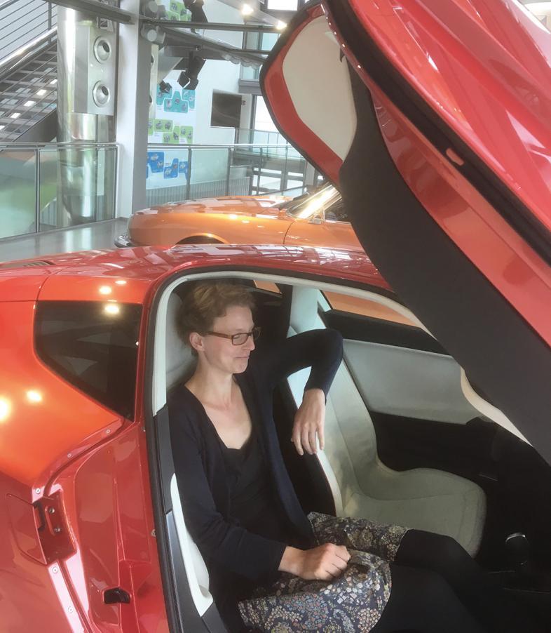 Marie Kordilla im schicken roten 1-Liter-Auto