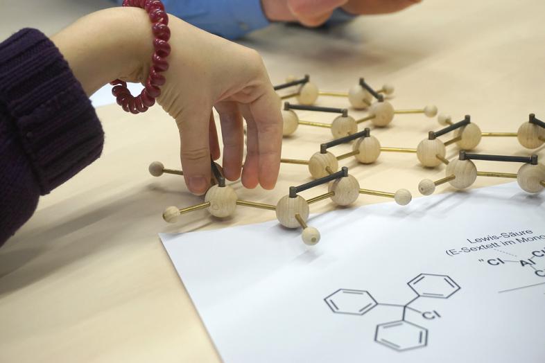 Abbildungen und taktile Funktionsmodelle von chemischen Strukturen