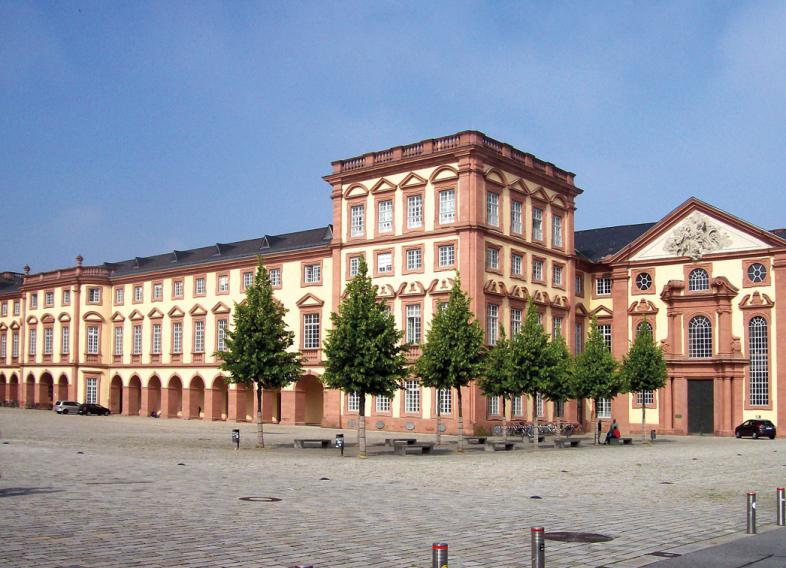 Das Foto zeigt ein stattliches Gebäude, das Schloss Ehrenhof West ist der Sitz des Anglistisches Seminars.