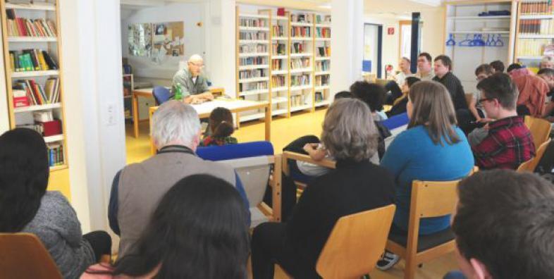 Andreas Pflüger in der Schülerbibliothek der blista