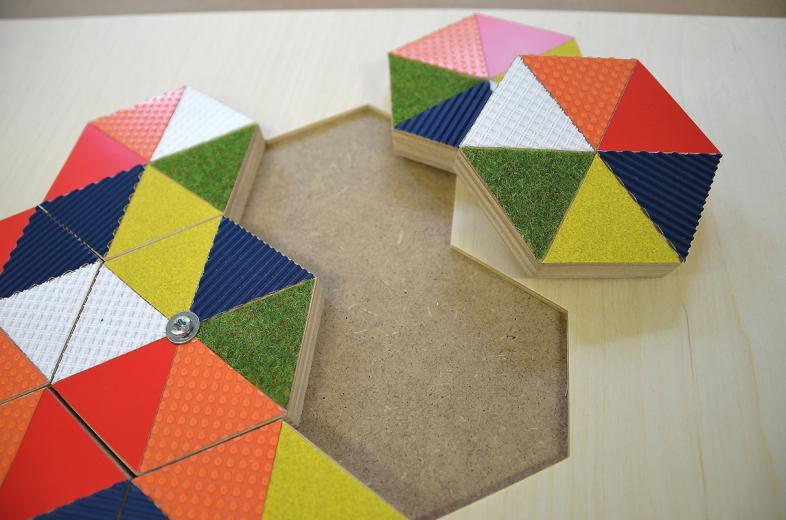 Umsetzung von Farben in taktil unterscheidbare Flächen: Wabenpuzzle, Mathematikum Gießen