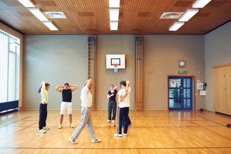 Die Teilnehmenden stehen im Kreis und balancieren eine Tennisball auf Schultern oder Armen