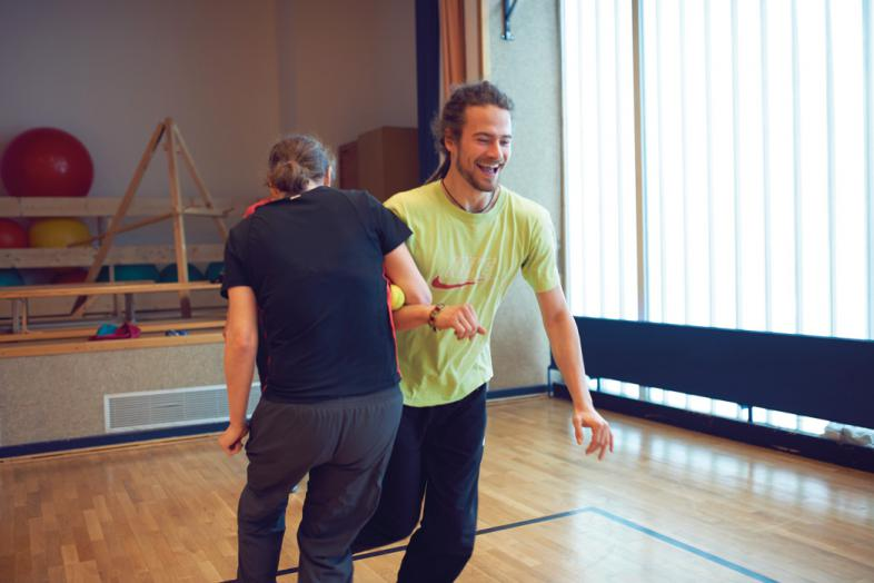 Klient und Trainer bei einer gemeinsamen Balance-Übung