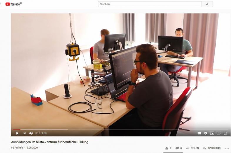 Die drei Auszubildenden arbeiten an ihren PC-Arbeitsplätzen.