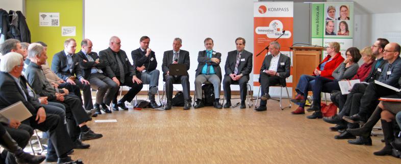 Teilnehmende des Expertenforums diskutieren bei der Talkrunde
