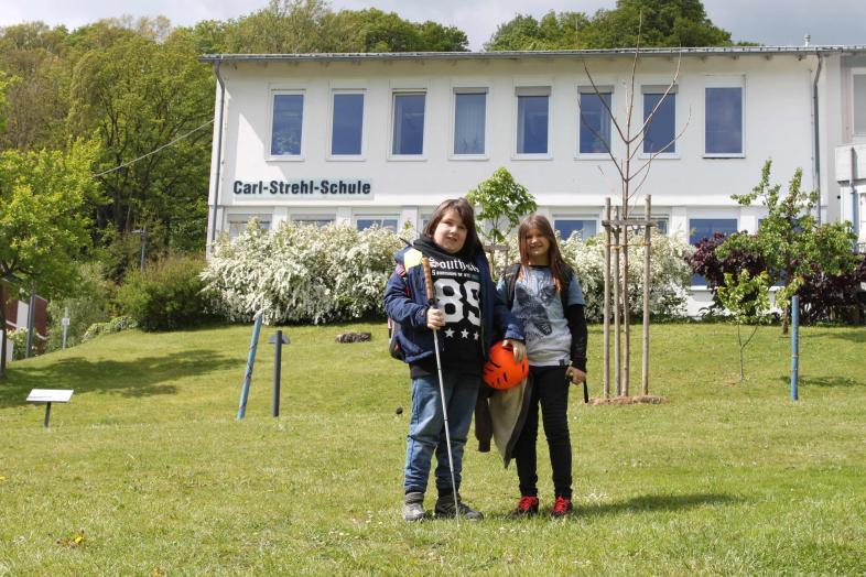 Zwei Schüler auf dem blista-Campus