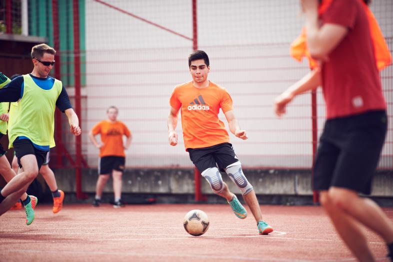 Jugendliche spielen Fußball auf dem blista-Sportplatz