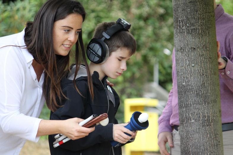 Ein Schüler testet den virtuellen Langstock