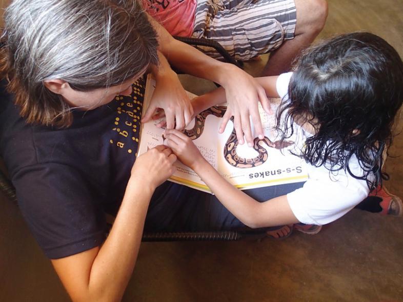 Anja Pfaffenzeller unterrichtet ein Mädchen anhand eines tastbaren Bilderbuches