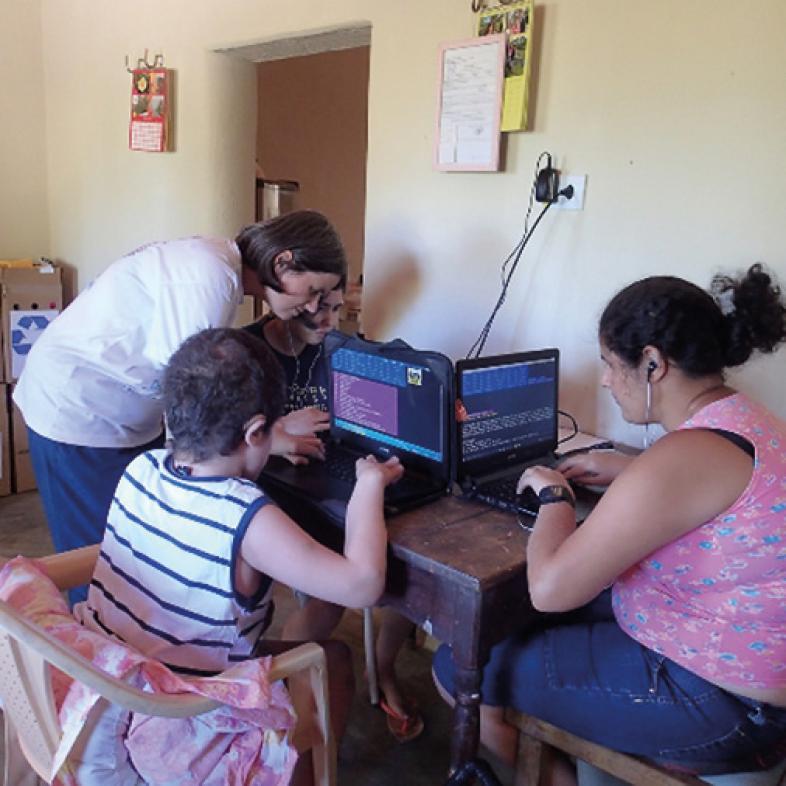 Unterricht am PC mit 3 Schülern
