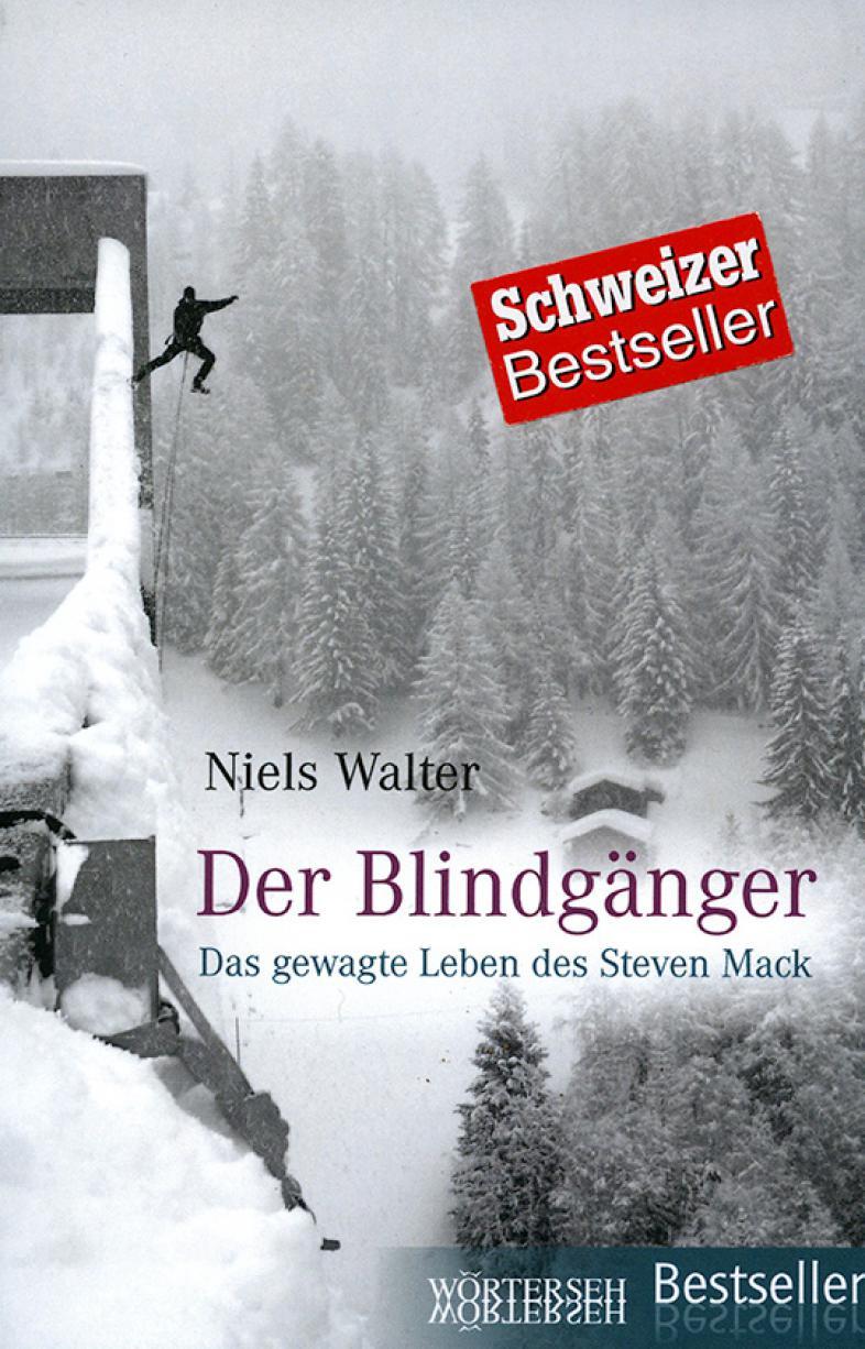 In verschneiter Landschaft hängt ein Mann an einem Seil, ein rotes signet lautet Schweizer Bestseller