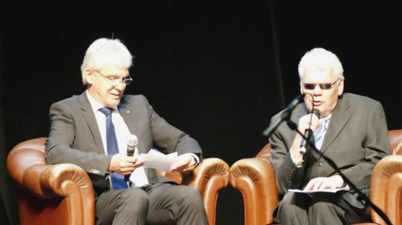 Zur Eröffnung des Festaktes sitzen blista-Direktor Claus Duncker und Uwe Boysen, 1. Vorsitzender des DVBS, in Sesseln, die bereits im Büro von Carl Strehl standen.