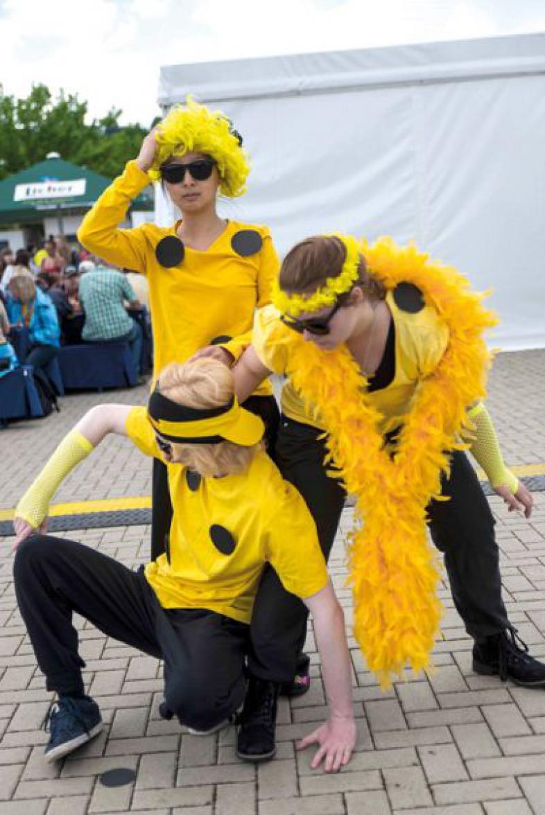 Drei Mitglieder der Theatergruppe  Nachtsicht führen einen Mini-Sketch auf dem Festivalgelände auf