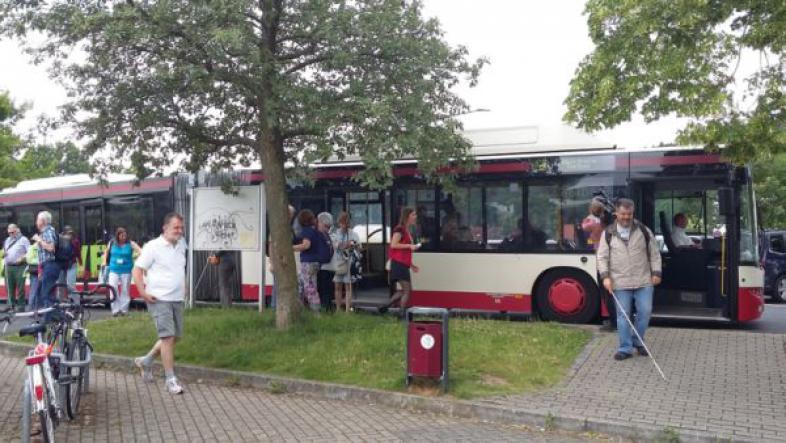 Besucher entsteigen einem der Busse, die die Festivalorte mit zahlreichen Hotels verbunden haben