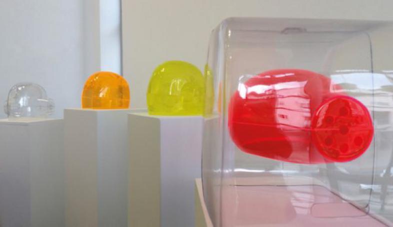 Mirja Wellmann präsentierte in der Ausstellung unter anderem vier Hörhelme aus Kunststoff, zwei davon durch feine Gravuren verziert.