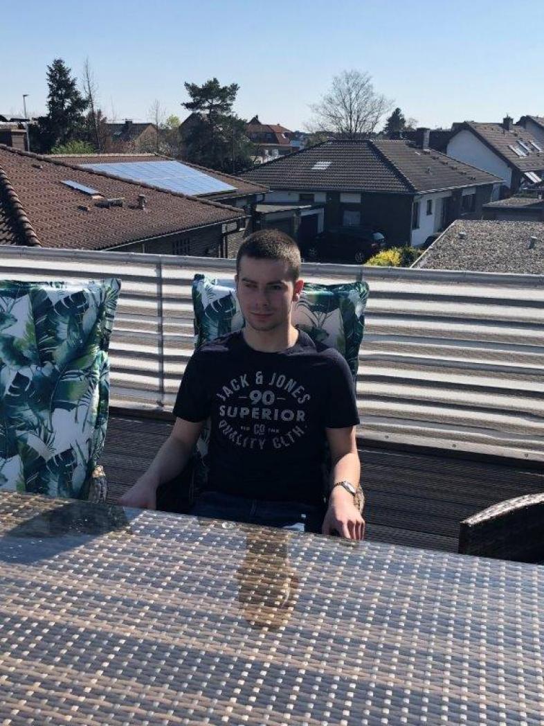 Pause auf der Dachterrasse: Giuliano sitzt an einem Tisch