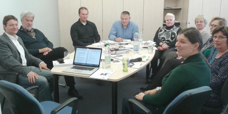 Das Foto zeigt die neue Mitarbeiterin, ihre Kolleginnen und die blista-Experten in einer Runde um einen großen Konferenztisch sitzend
