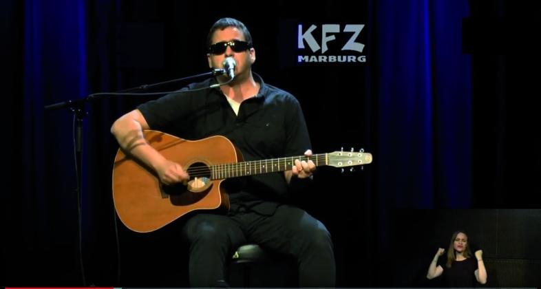 blista-Lehrer Jens Flach mit Gitarre