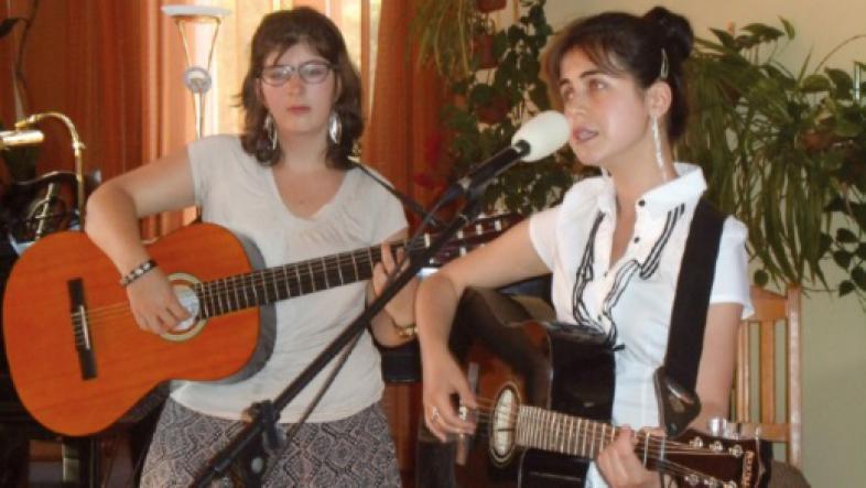 Zwei junge Frauen spielen Gitarre