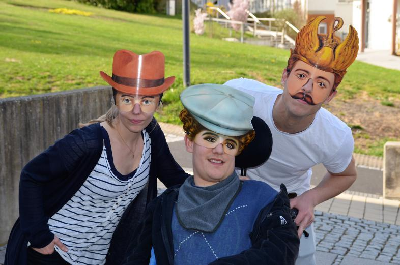 Die Hürdenläufer in Aktion: 3 Schauspieler mit Masken