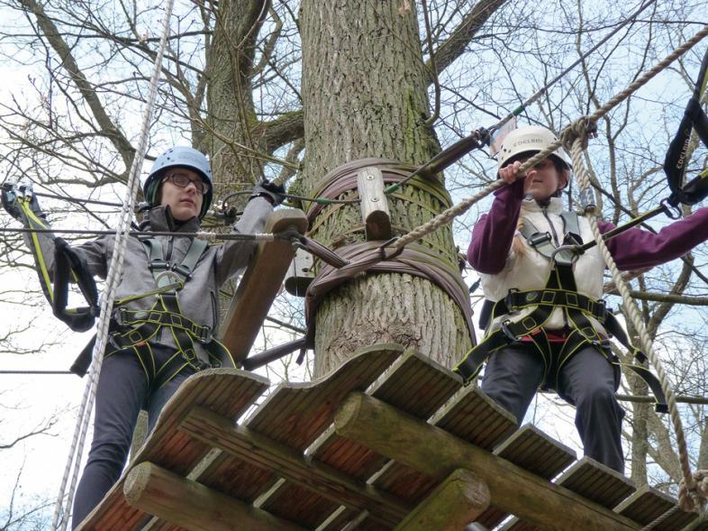 2 Schüler stehen auf einem Podest im Kletterwald