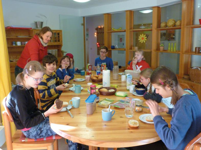8 vergnügte Ostercamper beim gemeinsamen Frühstück