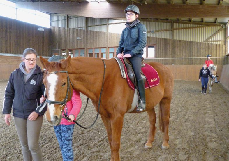 Hoch auf dem Pferd - ein Ostercamper reitet auf einem braunen Wallach