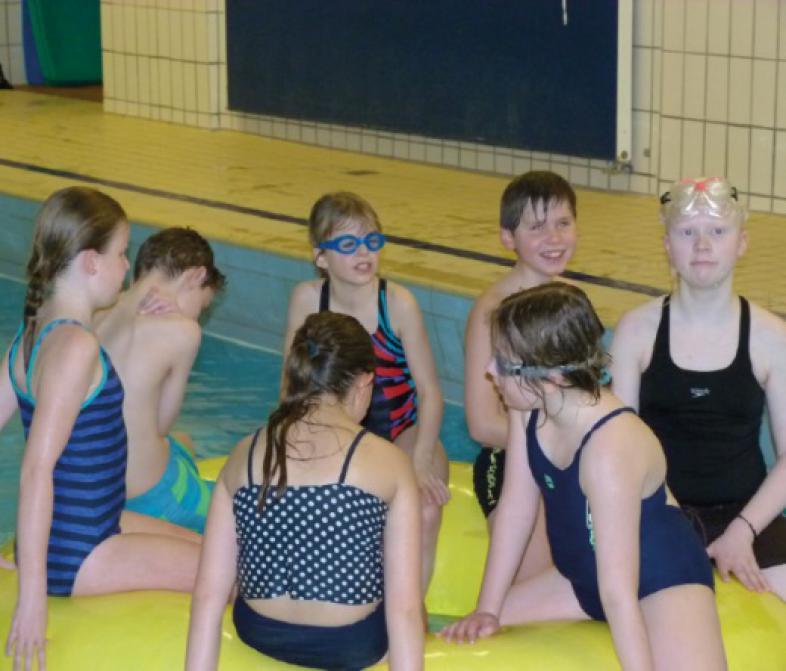 Die Truppe im Schwimmbad