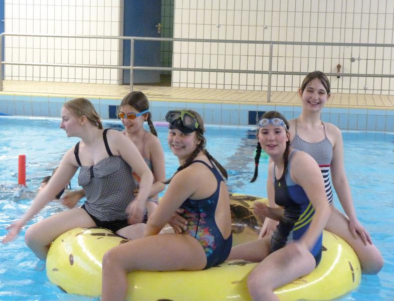 6 Mädchen plantschen vergnügt in der Schwimmhalle der blista