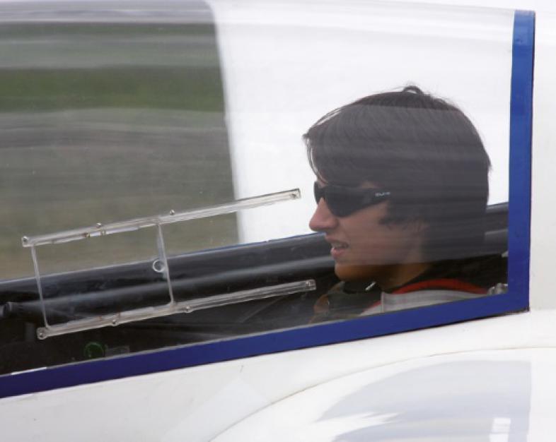 Ein Schüler sitzt im Segelflugzeug