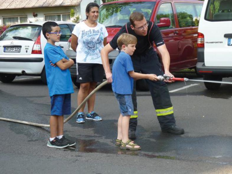 Früh übt sich, wer ein Helfer der Feuerwehr werden will