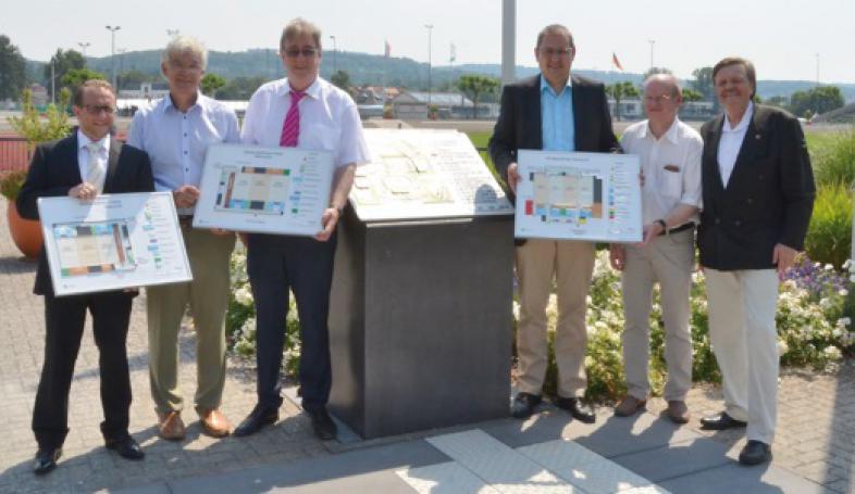 OB Egon Vaupel, Björn Backes, Claus Duncker und Lars Leonhardt halten die taktilen Hallenpläne in der Hand