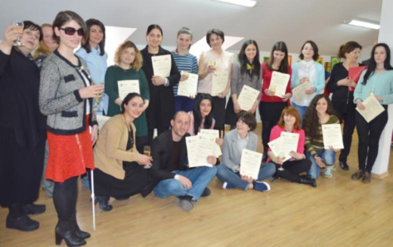 Seminarteilnehmer mit ihrem Zertifikat