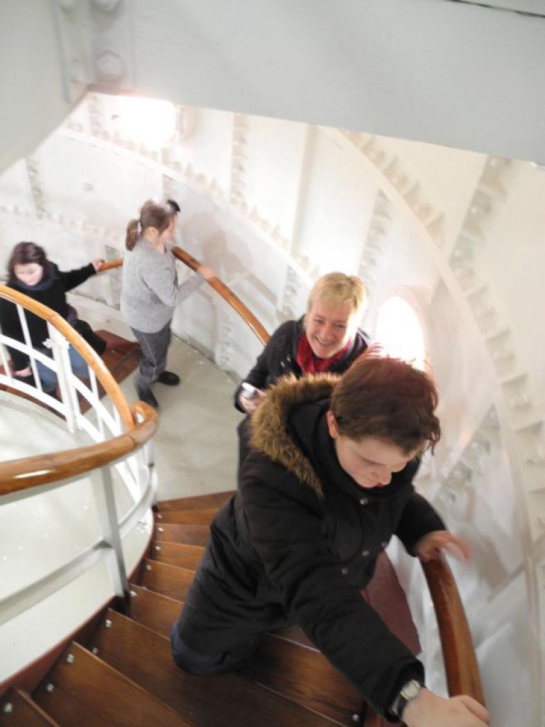 Schüler stürmen die Wendeltreppe des Leuchtturmes Westerhever hinauf