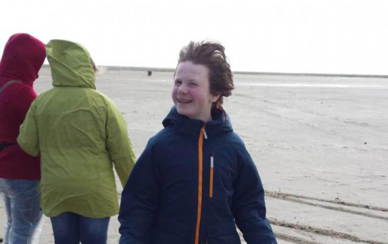 Schüler am Strand in St. Peter Ording. Es weht eine steife Brise