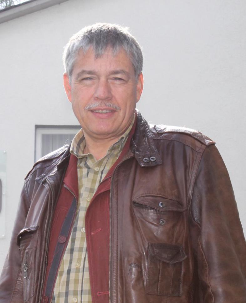 Gert Willumeit mit kariertem Hemd und Lederjacke