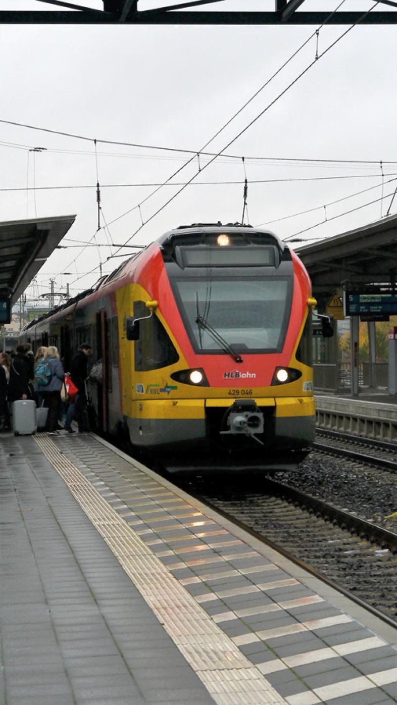 Das Foto zeigt eine Lok im Marburger Hauptbahnhof