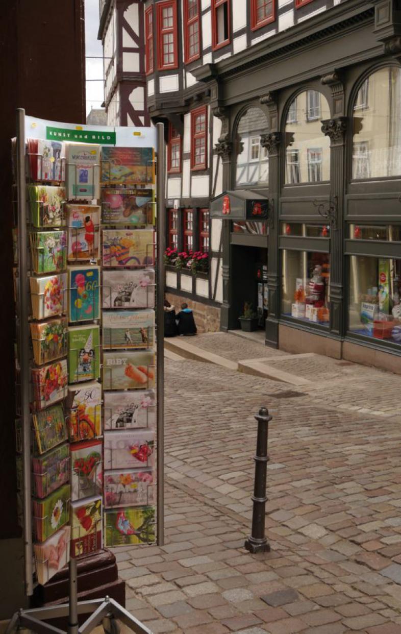 Ein Ständer mit Postkarten in der Marburger Oberstadt