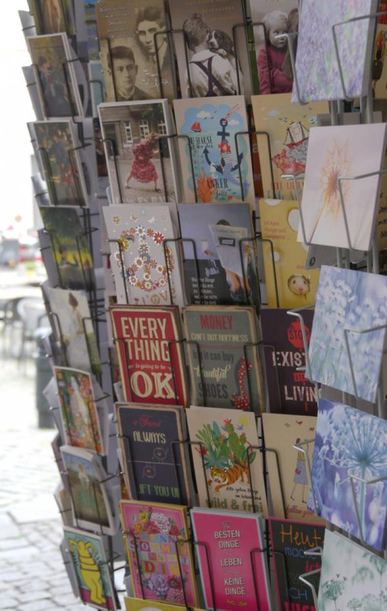 Eine Großaufnahme eines Postkarten-Ständers