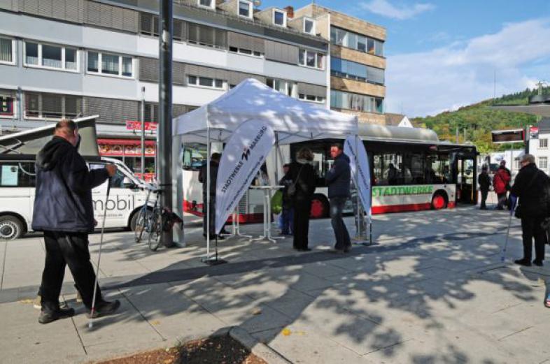 Die ersten sehbehinderten und blinden Interessenten vor dem Aktionsstand am Marburger Bahnhofsvorplatz