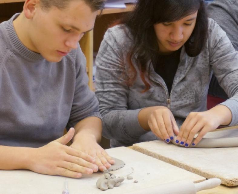 Eine Schülerin und ein Schüler beim Modellieren