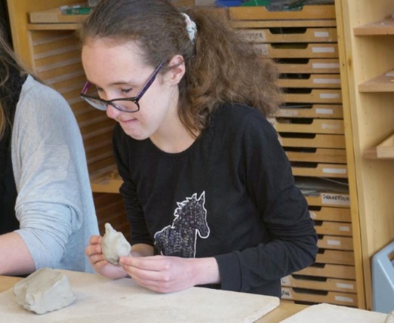 Eine Schülerin modelliert ihren Lieblingsort
