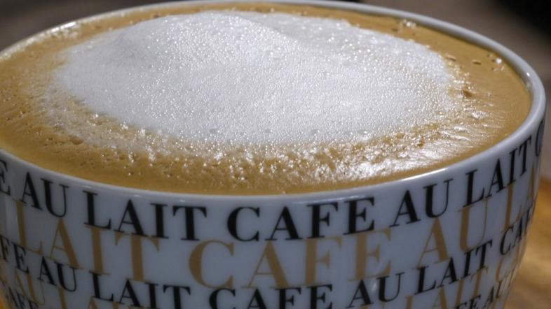 Blick auf eine Tasse Milchkaffee
