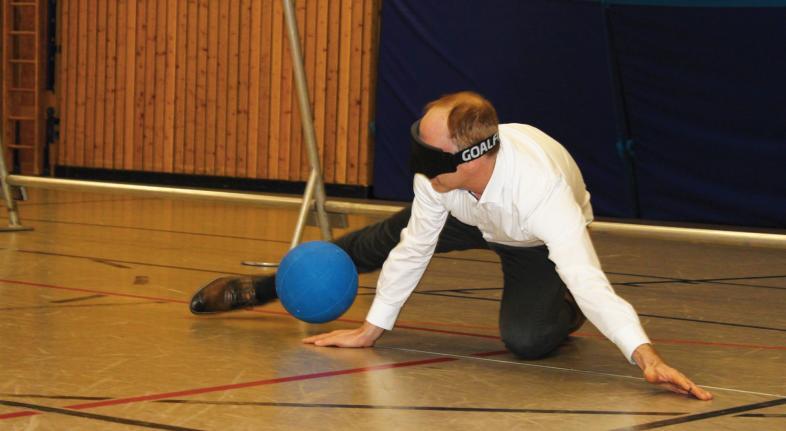 Andrreas Ettrich, Bereichsleiter der Sparkasse Marburg-Biedenkopf pariert ohne visuelle Kontrolle einen Ball