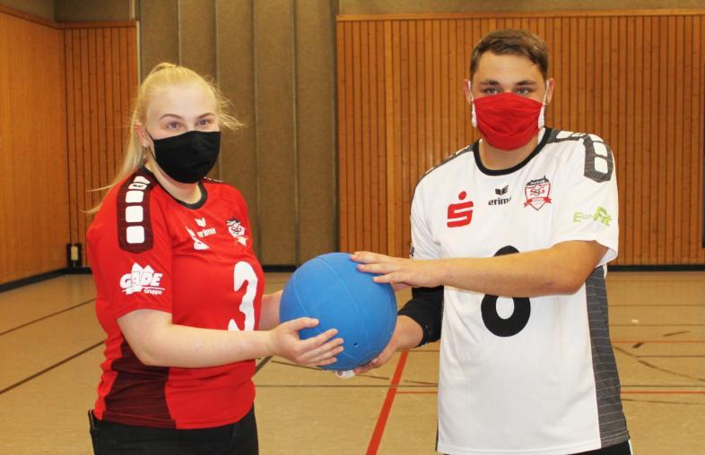 Friederike Zurhake, stellvertretende Vorsitzende der Sportgemeinschaft SSG blista Marburg und Rene Linke, aktiver Goalball-Athlet in den tollen neuen Trikots in rot und weiß