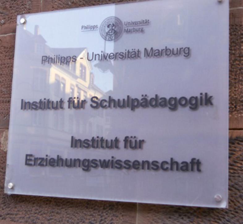 """Eine Tafel am Gebäude mit der Aufschrift """"Institut für Schulpädagogik"""" und """"Institut für Erziehungswissenschaft"""""""